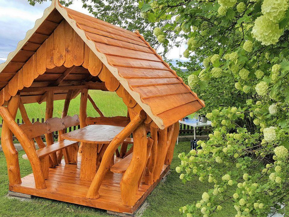 Holz-Gartenlaube im Garten errichten
