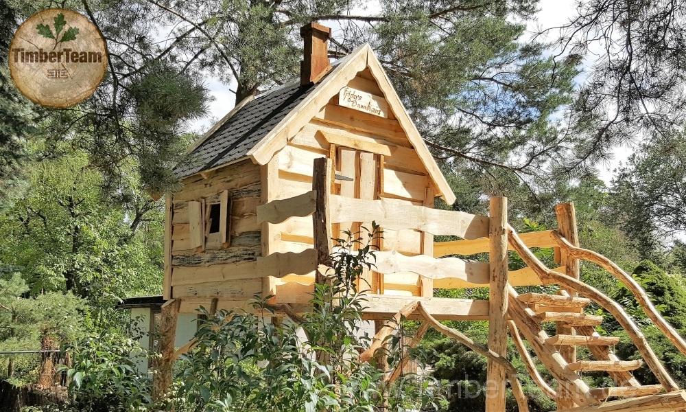Ein Spielhaus auf Stelzen im Märchenstil mit einer Holztreppe bauen