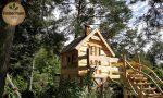 Märchenspielhaus aus Holz im Wald