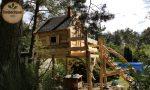 Schönes Märchenspielhaus aus Holz im Wald