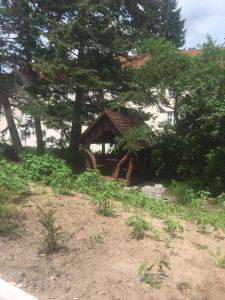 rustikaler Pavillon als Sitzlaube