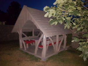 Gemütlicher Pavillon mit Garnitur aus Holz