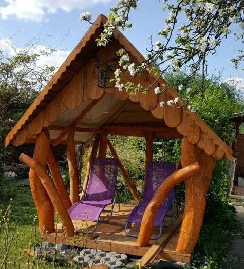 Gartenlaube mit Liegestühlen statt Holz-Garnitur