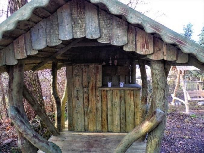 Urige Bar aus Holz einrichten